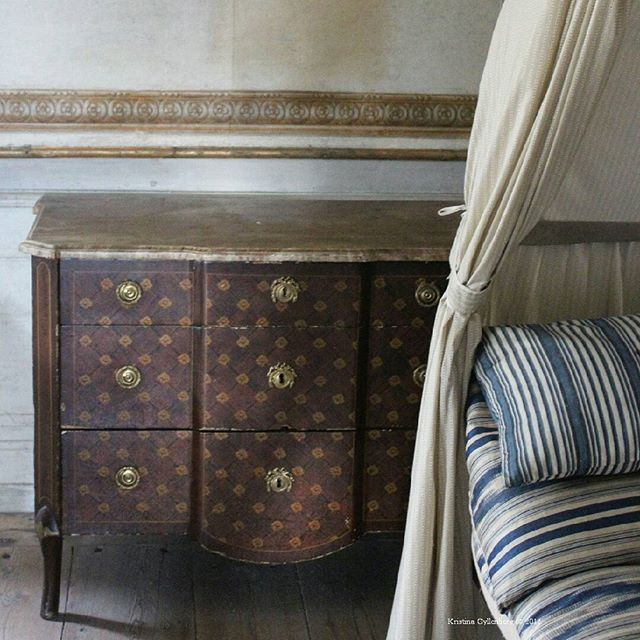 En byrå med illusioner. Den marmorerade skivan är gjord av trä som målats för att efterlikna marmor. Dekoren är ett vackert försök att likna fanér med ett rutmönster, byrån är gjord i enbart träslaget furu. Tekniken är vanligt förekommande för sin tid, där man arbetade mycket med just imitationsmåleri på det här viset. Byrån är hantverksmässigt utförd på slutet av 1700-talet #byrå #1700tal #18thcentury #inredning #interiör #interior #klassiskinredning #classicinterior #inspiration #kultur...