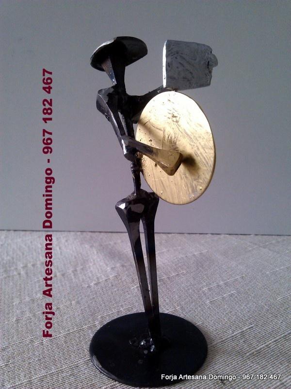 Figura de forja de un musico tocando el Bombo, hecho a mano de forma artesana.