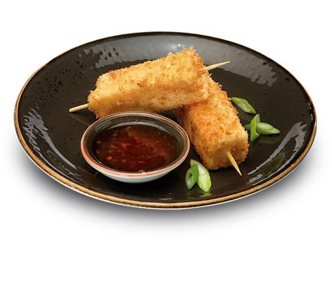 Brocheta de tofu: Dos brochetas de tofu rebozado con pan panko y acompañadas con salsa de chile dulce  #Izakaya #UDON