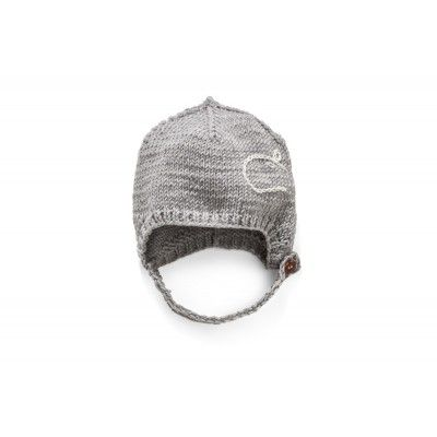 A warm and soft cap made of the noble extra merinos 100% wool. A perfect head wrap which protects the kids ears. A strap, which does not irritate the child's sensitive skin, is fastened with a wood peg. Deep enough to hold firmly on the child's head, there is no need to do it up. A decorative animal motif makes the cap a unique garment.