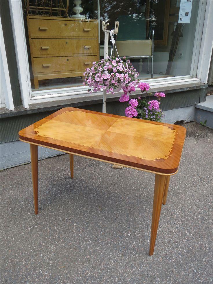 Kaunis ja erittäin hyväkuntoinen pieni pöytä 40-luvulta. 90x 58 cm, korkeus 62 cm. 95 euroa.