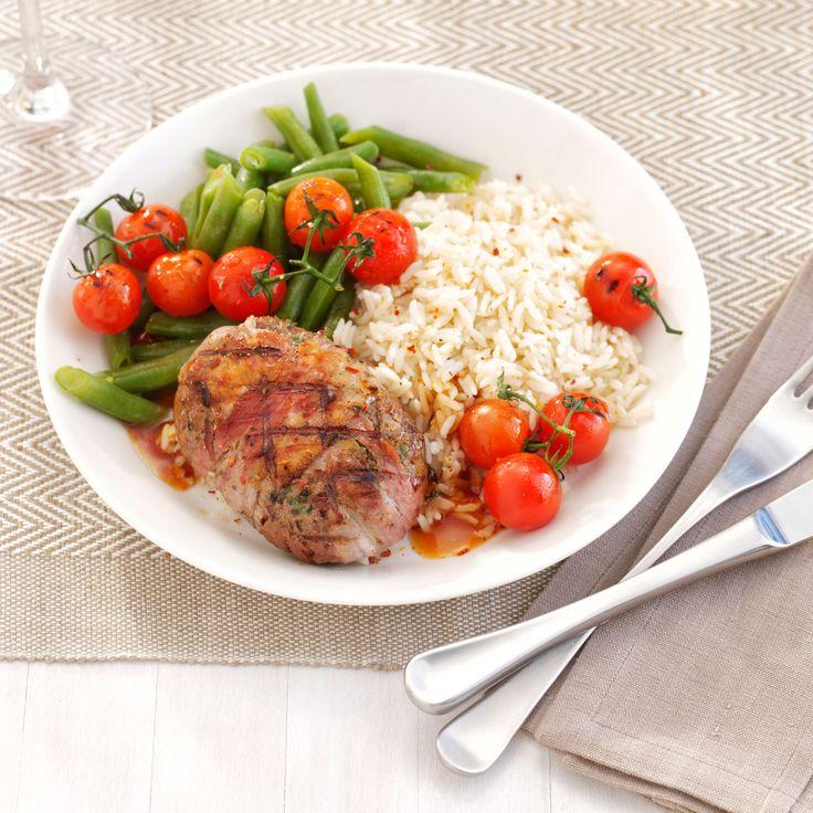Hamburgers aux haricots enroulés de lard, tomates cerises et riz blanc. #hamburger #recette #riz #inspiration #bosto