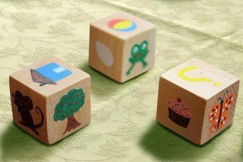 vertel dobbel stenen: maak dobbelstenen met personages uit prentenboeken waar de kleuters vertrouwd mee zijn. Wat je gooit met de dobbelsteen bepaalt het verhaal dat je vertelt. Natuurlijk doet de juf dit eerst enkele keren voor!