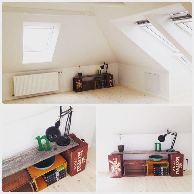 Første møbel er på plads på den nye 2. sal #gørdetselv #reol #ølkasser #genbrug #indretning #istandsættelse #renovering #loftrum #tagetage #gulvbrædder #trækasser #snartfærdige #velux #IKEA #keramik