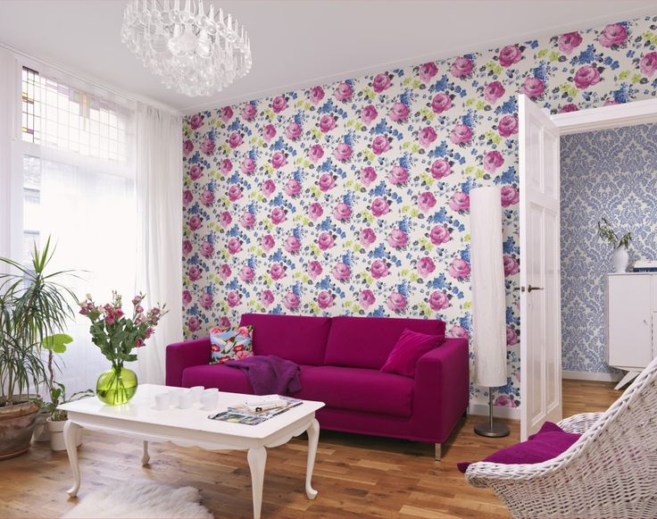 Living decorat cu tapet cu flori ticlam. Un design floral-modern.