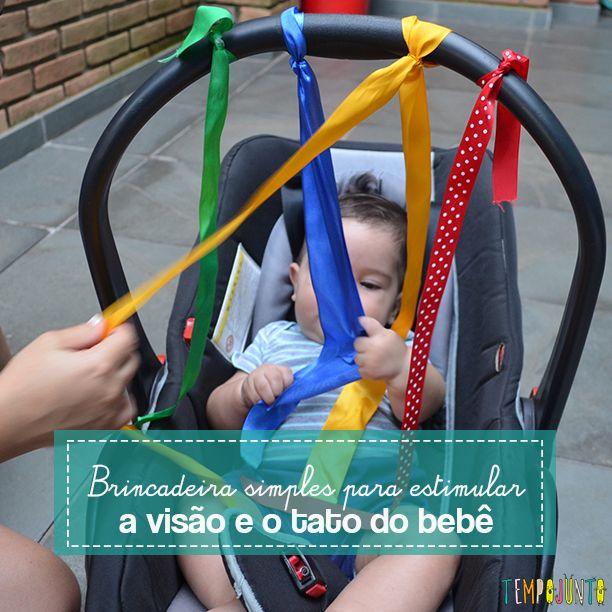 Vamos ajudar a estimular a visão e o tato do bebê. Você vai precisar apenas de fitas coloridas e de texturas diferentes. Pode ser fita de cetim, de veludo, com pompons, de algodão e de cores diferentes.
