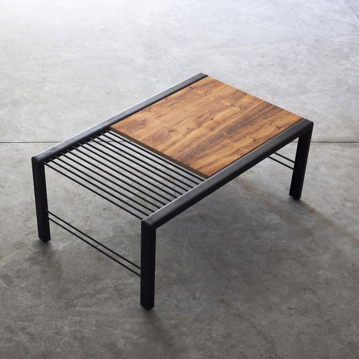 Mesa de centro com estrutura em aço, tratamento oxidado. Tampo em multilaminado revestido com imbuia natural com acabamento em óleo de tungue. Pés com amortecedores de borracha.