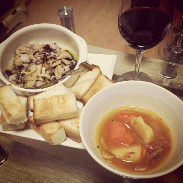 ホワイトデーにワインをもらったので、ワインにあうおつまみを( *`ω´)  トマトスープに、くたってしてたトマトを冷凍してたものをやっと使えました✨ホール缶より美味しいきがする❤️ - 40件のもぐもぐ - イカとマッシュルームのアヒージョ。トマトとジャガイモと人参ツナのコンソメスープ。 by Reina Reina