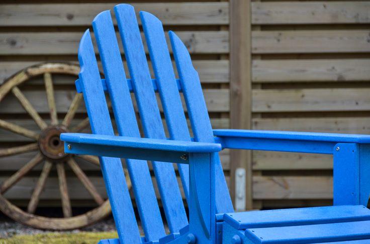 Underbara färger med klassiska former. Däckstolen är unik på många vis. Polywood vet vad vi vill pryda vår trädgård med. - Selected by Trum