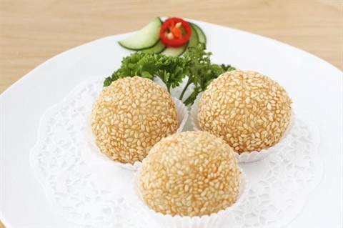 Onde-onde are one of the typical snacks Indonesia. Onde-onde made ​​of glutinous rice flour formed round and green beans. Onde-onde cooked by frying. Once fried Onde-onde with sesame seeds sown. These Onde-onde taste delicious and suitable as a snack in the morning or for lunch.