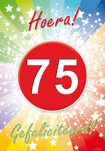 Voor een 75ste verjaardag: 75 jaar deurposter A2 formaat 59 x 42 cm. Deurposter 75 jaar met de tekst: Hoera gefeliciteerd. Deze poster kunt u op het raam of op de deur hangen.