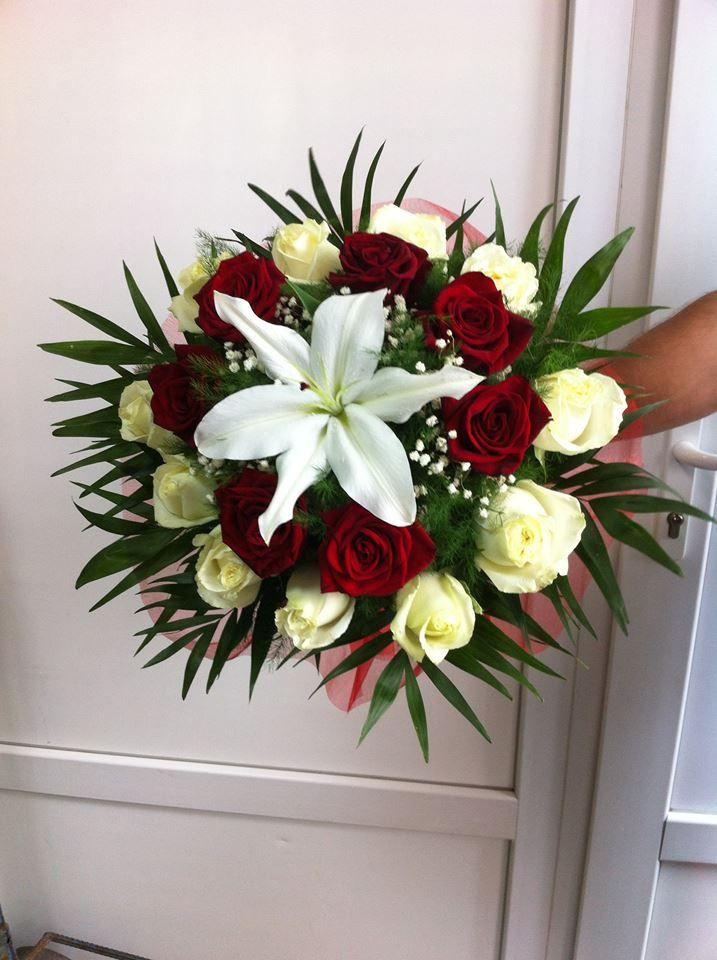 buchet realizat din trandafiri albi si rosi si o cupa de crin pentru o zi deosebita, sau pentru o zi de nastere