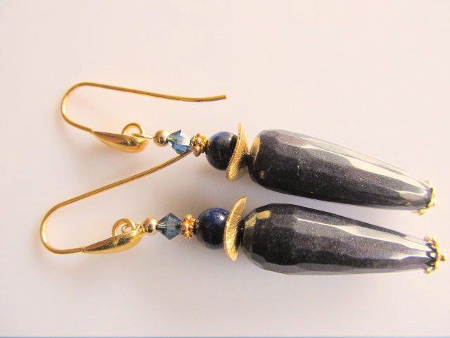Oorbellen Mechelien donkerblauwe jade pegel facet met natuurlijke lapis lazuli en blauw swarovski kristal kraaltje. met wavespacer en gouden druppel oorhaak.