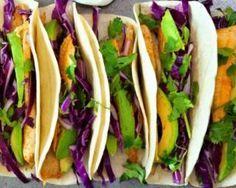 Tacos poids plume au poisson épicé, chou rouge et avocat : http://www.fourchette-et-bikini.fr/recettes/recettes-minceur/tacos-poids-plume-au-poisson-epice-chou-rouge-et-avocat.html