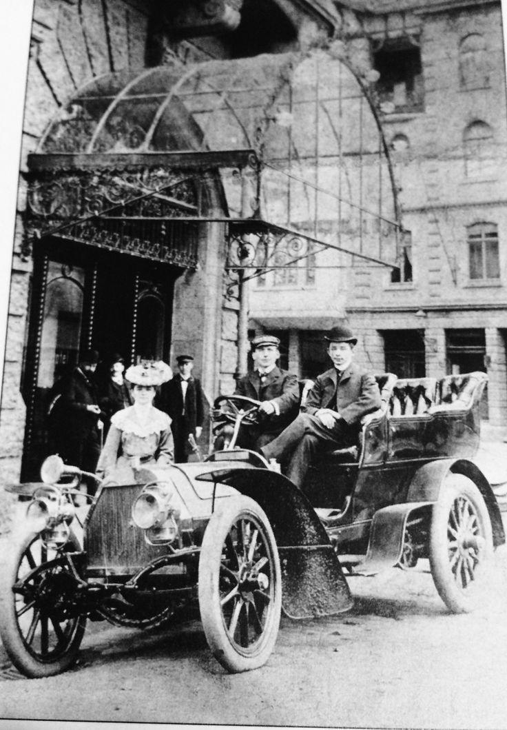 """Der erste Dixi des Typ J 24  1904 vor dem Hotel """" Kaiserhof"""""""