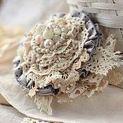 Купить или заказать Брошь 'Морозная клюква' в интернет-магазине на Ярмарке Мастеров. Мини-брошечка в оттенках спелой ярко-красной клюквы, теплого дерева и сухой листвы. Очень уютная, зимне-морозная. Брошь собраны из японского хлопка и вязаных цветов (шерсть, альпака, хлопок). Края украшены крупными листочками цвета бронзы. Особую изюминку броши придают ягодки lampwork. Можно 'посадить' такой букетик в складках любимого объемного шарфа или на лацкан пальто.
