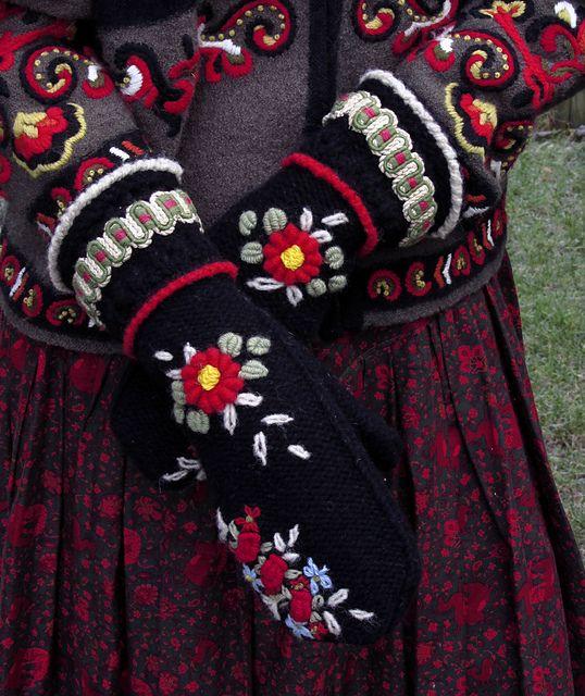 Ravelry: dom-klary's Norwegian embroided Mitts - Mazovian Girl