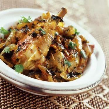 Ingrédients  2 oignons , 2 gousses d'ail , 4 haut de cuisse de poulet , ou cuisses entière, 2 càs d'huile d'olive, sel, poivre, coriandr...