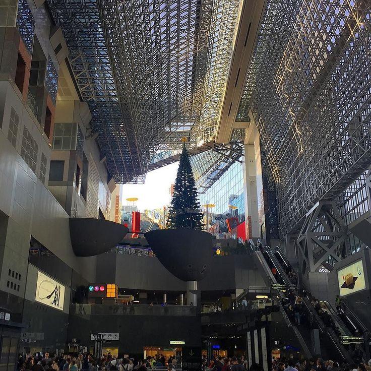 Доброе воскресное утро! Не отгуляли еще японцы свой хеллоуин как на вокзале Киото уже соорудили рождественскую ёлочку. #праздниккаждыйдень #рождество #хеллоуин #ёлка #осеньзима #Киото #Япония