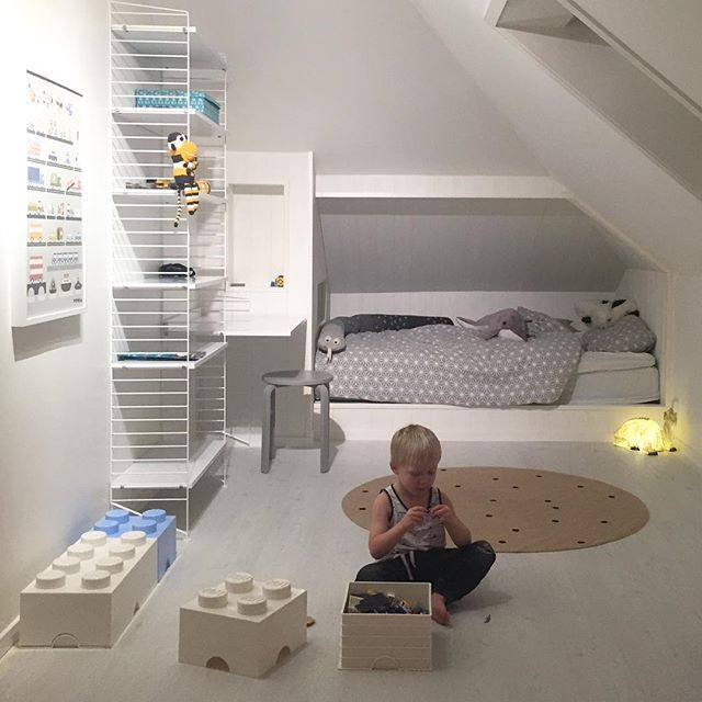 Lukas del av rummet! Lite målning återstår, men nu har vi börjat flytta in möbler i pojkarnas nyrenoverade rum Mycket piff återstår dock.. #stringhylla #shelfie #fermlivingkids #legoförvaring #wform #yawamaofsweden #pojkrum #flickrum #barnrum #barnrumsinspo #kidsperation