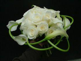 rózsa, hajlított kála menyasszonyi csokor - esküvő virág