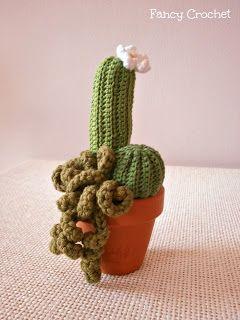 """Altri piccoli cactus crochet!       Una """"superkabuto"""" con le sue areole, ovvero i puntini bianchi, realizzati a nodo francese.      Alla ba..."""
