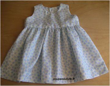 Patron à  imprimer pour réaliser une robe sans manche et sans col, fermée dans le dos par 4 boutons. La jupe est froncée sur l'empiècement doublé du haut de la robe.  Taille : 6 à 9 mois.