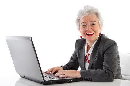 """Studien zeigen, dass die Vorurteile gegen ältere Arbeitnehmer nicht (mehr) begründbar sind """"Zu teuer"""", """"zu träge"""", """"zu unflexibel"""", """"nicht auf der Höhe der Zeit"""" und """"ahnungslos vom Computer"""" sollen sie sein – die älteren Mitarbeiter. So zumindest, wenn man die Gespräche von Youngsters verfolgt."""