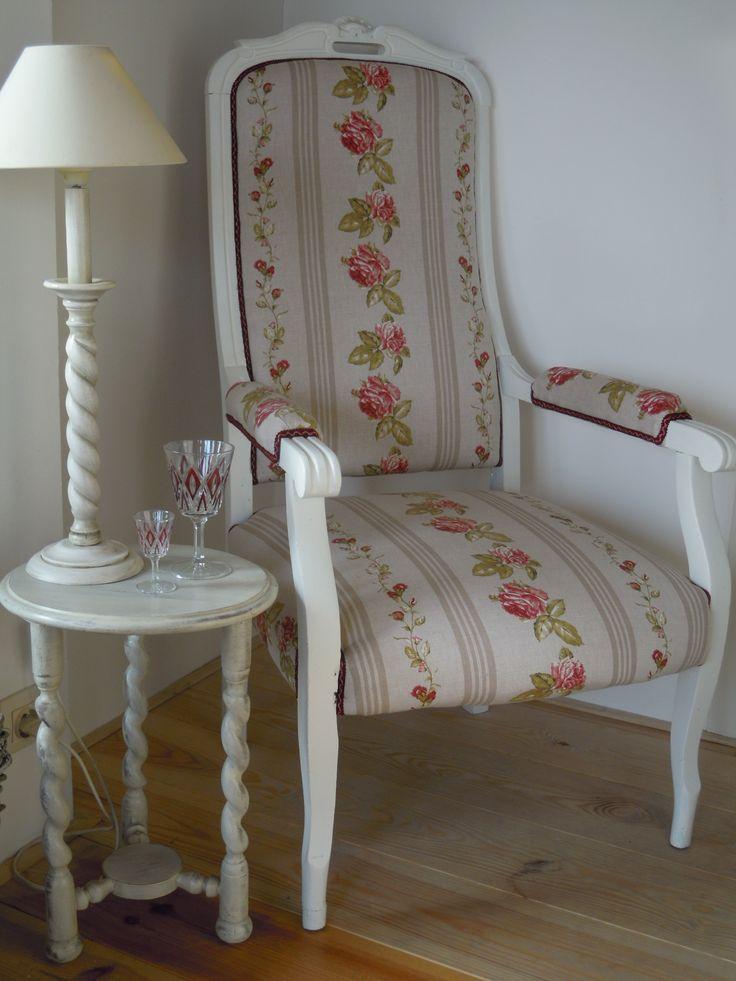 geherstoffeerde zetel met rozenprint en doorgeschuurd bijzettafeltje in kalkverf.