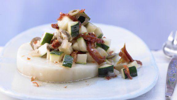 Gemüse-Relish auf Sellerie mit Oliven