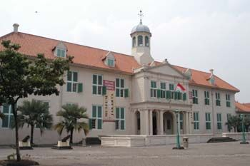 Old Batavia is a house for several historical sites and buildings of Jakarta- Fatahillah Square, Wayang Museum, Maritime Museum, Fine Art and Ceramic Museum, Sunda Kelapa, Cafe Batavia, etc.