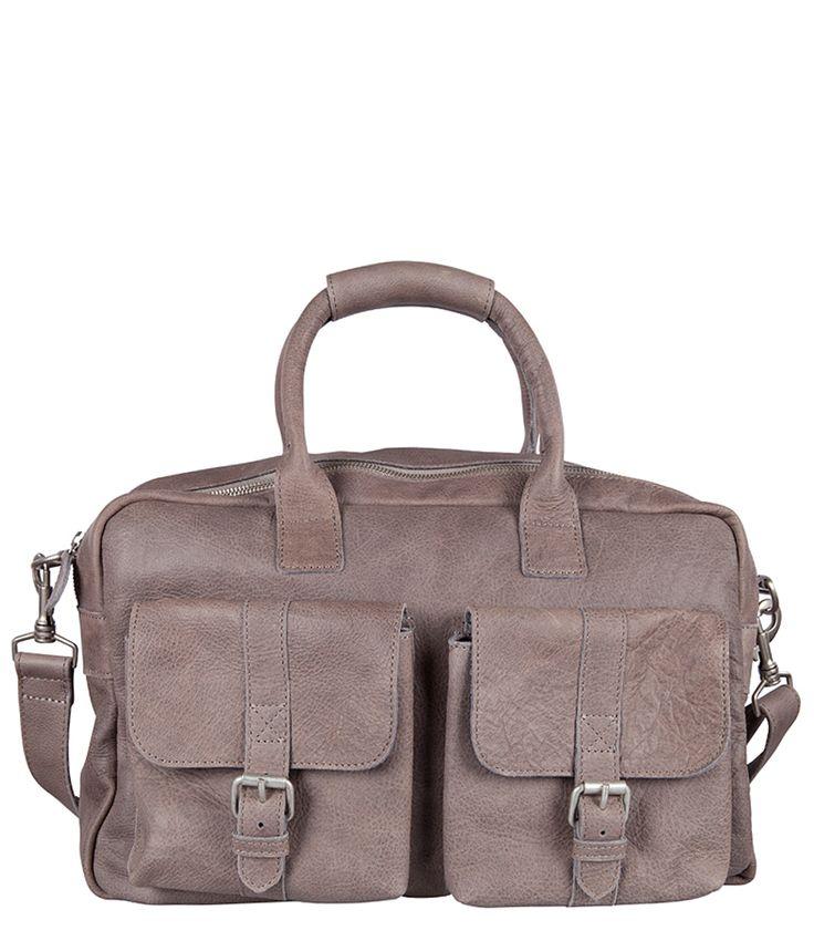 Combineer deze Cowboysbag met jeans voor een superstoere look! Deze tas wordt met de tijd alleen maar mooier, dankzij het natuurlijk gekleurde leer. De tas heeft twee voorvakken met gesp, een lang verstelbaar hengsel en een ruim achtervak.