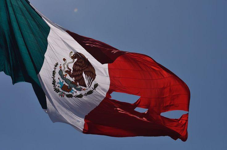 CIUDAD DE MÉXICO (apro).- Durante la ceremonia del Día de la Bandera encabezada por el presidente Enrique Peña Nieto, el lábaro patrio se rasgó mientras se izaba. La bandera se atoró con una torre de metal en la que se habían colocado las bocinas, y cuando subió, los presentes se dieron cuenta de que laLeer más