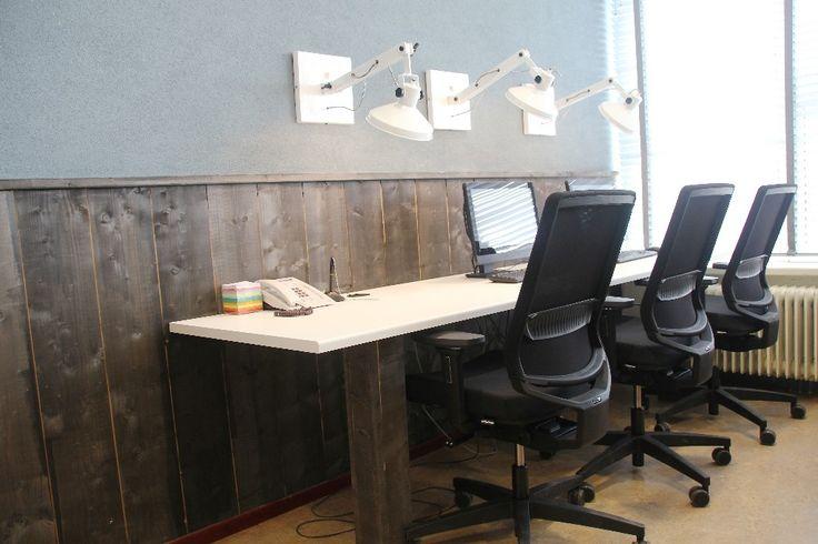 Personeelskamer Tender College IJmuiden - Werkplekken met ergonomische bureaustoel.