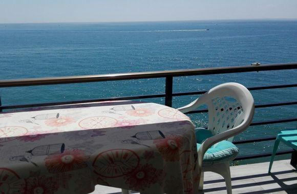 MÁLAGA, TORREMOLINOS. Ref.11083. Alquiler de estudio en 1ª linea de playa en Urb. Castillo de Santa Clara. Capacidad 4 personas dispone de cama convertible para dos personas y sofá cama convertible en dos camas, baño, cocina y terraza con preciosas #VistasAlMar. Tiene piscina, vestuario, aseos, solarium con hamacas y sombrillas, restaurante y #Spa. A 10 metros de la playa y cuenta con todos los servicios. A 2 Km. del Puerto Deportivo de #Benalmádena.     #Torremolinos  #Málaga…