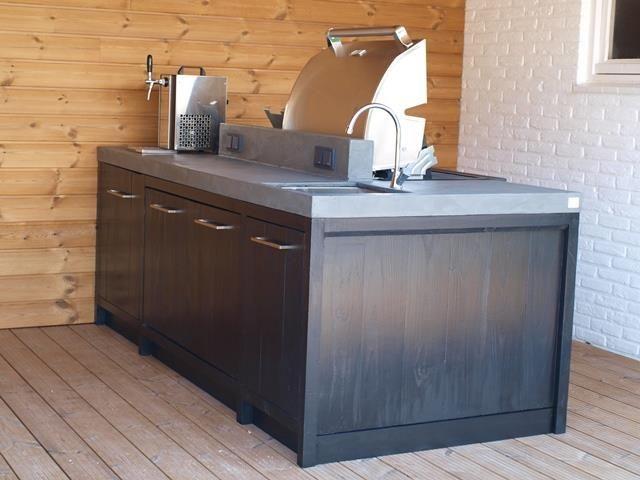 Geslaagd project! Buitenkeuken als kookeiland met een Boretti bbq, spoelbak en koelkast.