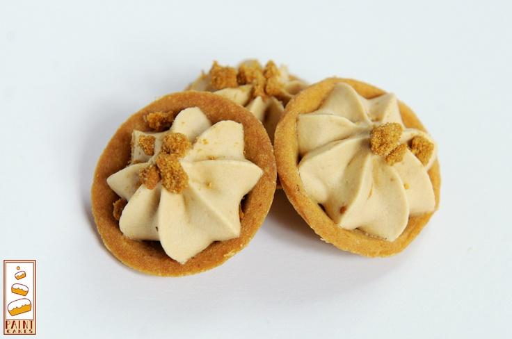 Mini tartelettes (une bouchée): Fond spéculoos, crème fouettée spéculoos et spéculoos broyés    http://www.facebook.com/Paintcakes