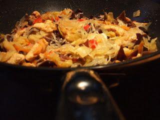 Csípős-zöldséges csirkemell wokban üvegtésztával