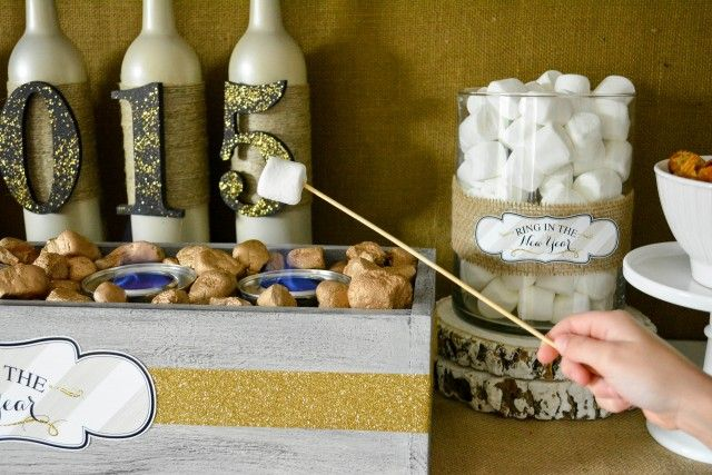 Anders Ruff Custom Designs, LLC: Town House Pretzel Thins Smores for a Glam New Years Holiday Party