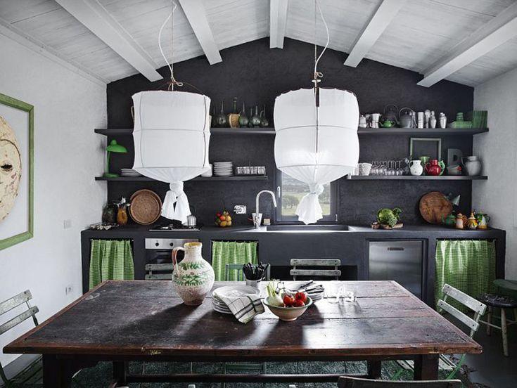 Стол найденный на блошином рынке отлично подошел рустикальному интерьеру кухни-столовой.  (средиземноморский,средиземноморский интерьер,средиземноморский дом,средиземноморский стиль,деревенский,сельский,кантри,архитектура,дизайн,экстерьер,интерьер,дизайн интерьера,мебель,кухня,дизайн кухни,интерьер кухни,кухонная мебель,мебель для кухни,столовая,дизайн столовой,интерьер столовой,мебель для столовой,жилая комната) .
