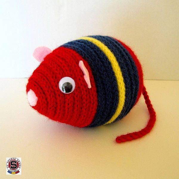 """Myšák Sparťan Dekorační barevný myšák Sparťan je zhotoven z polystyrenového vajíčka, akrylové příze a plsti. Myšák je vhodný k dekoraci nebo jako hračka pro děti. Maskot """"rudých"""". Rozměry: délka 14 cm, výška 10 cm, délka ocásku:17 cm celá myší školka"""