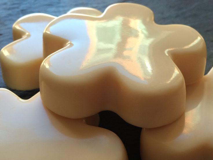 Cuando formulamos jabón mezclando grasas diferentes, sabemos que incluir aceite de coco nos aportará dureza y grandes burbujas (eso es gracias a su alto contenido en ácido láurico). Al saber que, por lo general, a más burbujas, más detergencia y mayor agresividad para la piel, intentamos no sobrepasar ciertos porcentajes con este aceite. Pero si hacemos jabón sólo con aceite de coco, nos quedará muy limpiador, tendrá grandes burbujas pero ni rastro de agresividad. Curioso, ¿verdad? El jabón…