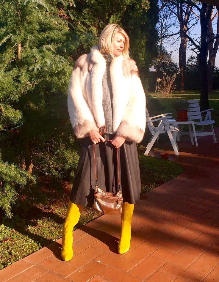 Stivali gialli, pelliccia, gonna di pelle Yellow boots, fur jacket, leather skirt