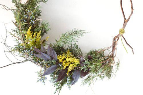 Simple wreath made from Backyard Foliage KINFOLK MAGChristmas Inspiration, Backyards Wreaths, Holiday Wreaths, Diy Wreaths, Crafts Design, Cards Holders, Kinfolk Magazines, Bloom, Holiday Decor