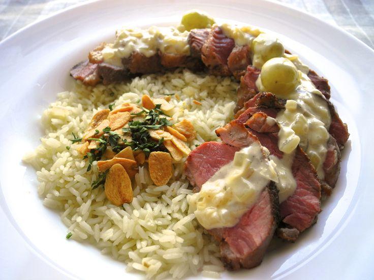 Magret de Pato agridoce (Peito de pato ao molho agridoce de uvas e prosecco) acompanhando com arroz com alho crocante
