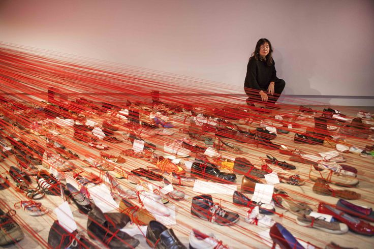 La artista junto a la obra 'Over de Continents' (2008 - 2015).