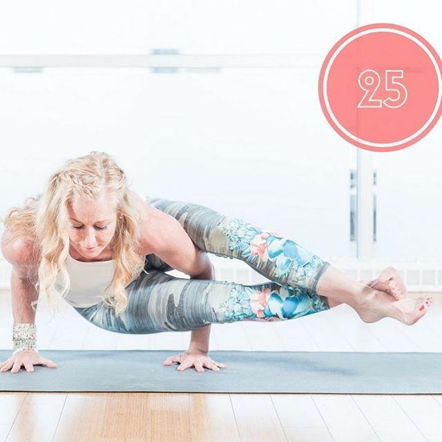 Astavakrasana : posture à huit angles. C'est une très bonne manière de développer votre sens de l'équilibre et votre stabilité, tout en renforçant les poignets et les bras. #astavakrasana #astavakrasanapose #equilibre #balance #yoga #yogalife #yogapants #saturdayfun #saturdayyoga