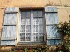 Lichtblauwe luiken, Beauvais, Picardië, Frankrijk (Trudi)