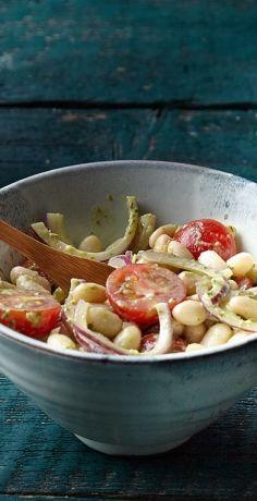 Herzhaft lecker und in Nullkommanix auf Ihrem Abendbrottisch: das ist unser REWE Rezept für einen reichhaltigen Salat mit weißen Bohnen, Kirschtomaten und Pesto. » https://www.rewe.de/rezepte/weisse-bohnen-salat-pesto/
