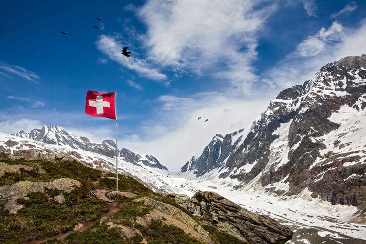 Swiss flag behind the Anen hut in the Lötschental.  Schweizer Flagge an der Anenhütte im Lötschental.   Lötschenlücke, Langgletscher, Anungrat, Anuchnubel, Sattelhorn, Schinhorn